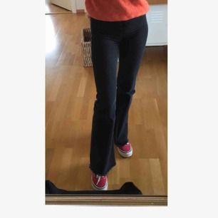 Perfekta flare/bootcut jeans från h&m🧚🏼♀️ Säljer pga försmå🥺 ser väldigt små ut på bild, men de är sjukt stretchiga så formar sig efter kroppen🧡🥰 coolt med fransar längst ner & jättehög midja😍🙏🏻 köparen står för frakten!