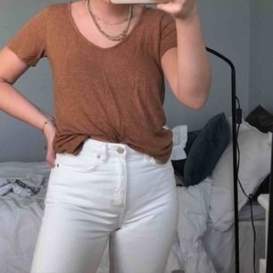 Perfekt t-shirt till hösten i en rostbrun färg😌💜 en svag v-ringning & lite melerat tyg😍 Står ingen storlek men jag har normalt xs/s & passar nog även M🥰 från H&M
