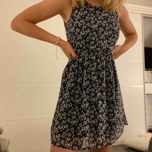 Super söt klänning köpt från h&m för några månader sedan. Säljer då jag aldrig använt den. (Har ingen bh på mig vid tillfället där bilden togs)