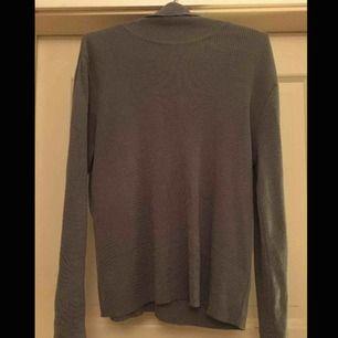En gråaktig tröja med turtleneck köpt på second hand. Den är lite oversized och otroligt mysig nu på hösten 🥰