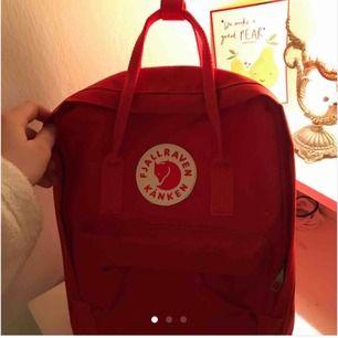 Röd kånken väska. Köpte av en tjej här på plick men när jag fick hem den hade jag redan fått en egen i födelsedagspresent. Det är normalstorlek i en jättefin röd färg, bilderna är från henne och köpte den av. Frakten igår i priset å jag står för de