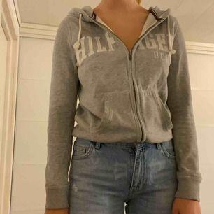 Fin hoodie med dragkedja från Tommy hilfiger köpt från hemsidan. Säljer pga att jag inte gillar dragkedja