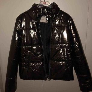Oanvänd ball pufferjacket i en metallic bronze färg. Köpt i blekinge. Jackan är true to size och sitter superfint.