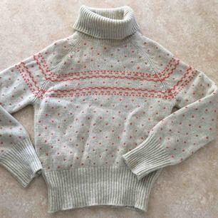 En julig stickad tröja från Noa Noa.  Strl M, men mer som en S.  Något smånoppig, men syns mest på nära håll och de går att få bort.
