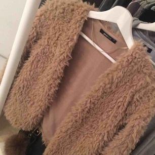 Jag säljer denna jätte mysiga pälsjackan från Gina Tricot, den är i storlek XS men passar även S.  Nypris: 299kr Mitt pris: 149kr Pris kan diskuteras vid snabb affär!