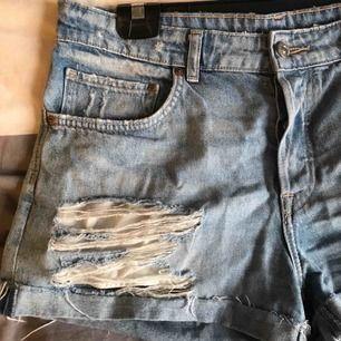 Snygga jeansshorts från H&M med mycket slitning men täcker allt 😉 Dom sitter helt perfekt enligt mig. Säljes pga för små. Köparen står för frakten