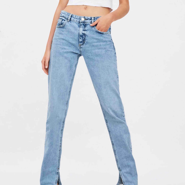 Jeans från zara med slit nertill! Slutsålda på hemsidan! Nypris -600. Jeans & Byxor.