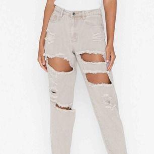 Beigea jeans!  Andra bilden visar hur den ser ut nertill!