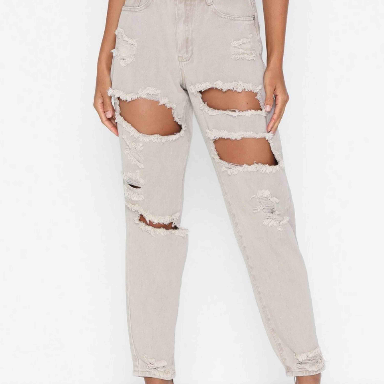 Beigea jeans!  Andra bilden visar hur den ser ut nertill! . Jeans & Byxor.