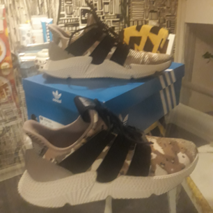 Camouflage adidas skor, aldrig använda pga av att skorna är för breda för mig.   Köparen betalar frakt eller så möts vi upp i stockholm.
