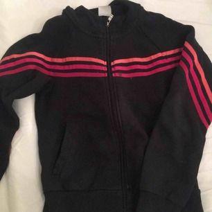 Säljer denna Adidas koftan, pris kan diskuteras vid snabb affär Nypris: 599kr Mitt pris: 159kr