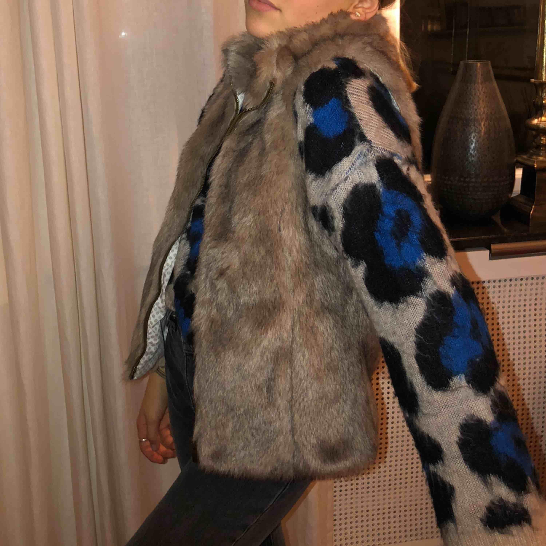 En sååå fin fake pälsväst ifrån Zara, som inte används. Den är i nyskick. Säljs för 75 plus frakt . Jackor.