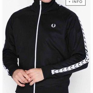 Jag säljer denna Fred Perry tröjan i storlek S (herr modell)  Nypris: 1199 Mitt pris: 600 Pris kan diskuteras vid snabbt köp!