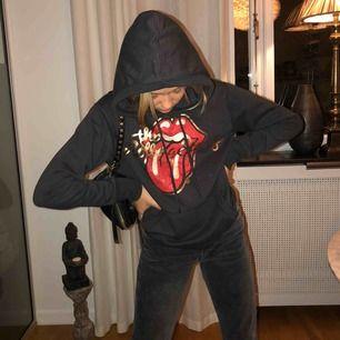 """En snygg och skön hoodie ifrån HM där det står """"the Rolling Stones"""". Nyskick och sällan använd. Säljs för 150kr plus frakt"""