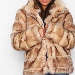 Helt oanvänd slutsåld faux fur jacka från Nelly, storlek 34 men funkar även på storlek 36! Nyskick, kan gå ned lite i pris vid snabb affär. FRAKT INGÅR!!!♥️♥️♥️