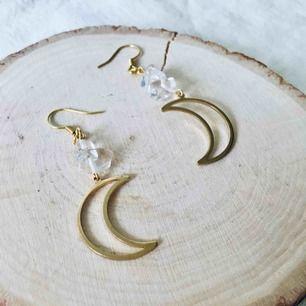 Egendesignade örhängen i mässing och glaspärlor/stenar. Nickelfria  Frakt 9 kr🌙