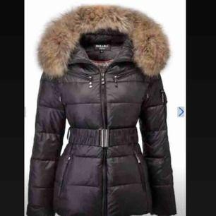 Jag säljer denna Hollies jackan (äkta päls), anledningen till att jag säljer denna är på grund av att den blivit stor på mig då jag gått ner i vikt väldigt mycket.  Nypris: 4000 Mitt pris: 2200 men skulle kunna tänka mig sänka priset vid en snabb affär.