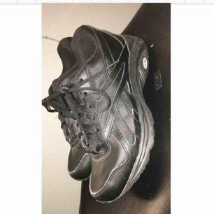 Ett par svarta Reebok sneakers. Nästan helt oanvända, köparen står för frakt