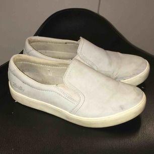 Ett par skor i en gråblå färg med en vit kort platå. Från skon vid bron, köparen står för frakten.