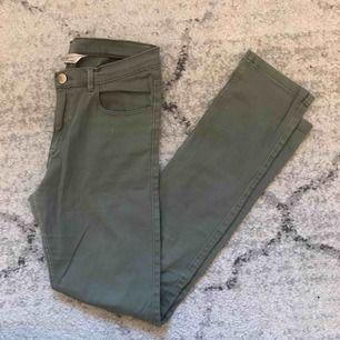 Ett par gröna jeans från H&M (stretchiga) Skulle kunna passa XS också.  Frakt tillkommer😊🌸