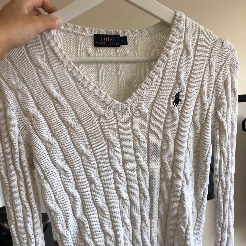 fin kabelstickad tröja från Ralph Laurent i vit. Storlek xs-s!! Kostade 1100 kr som ny.. Stickat.