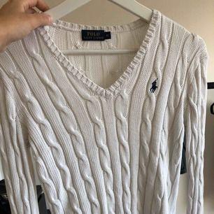 fin kabelstickad tröja från Ralph Laurent i vit. Storlek xs-s!! Kostade 1100 kr som ny.