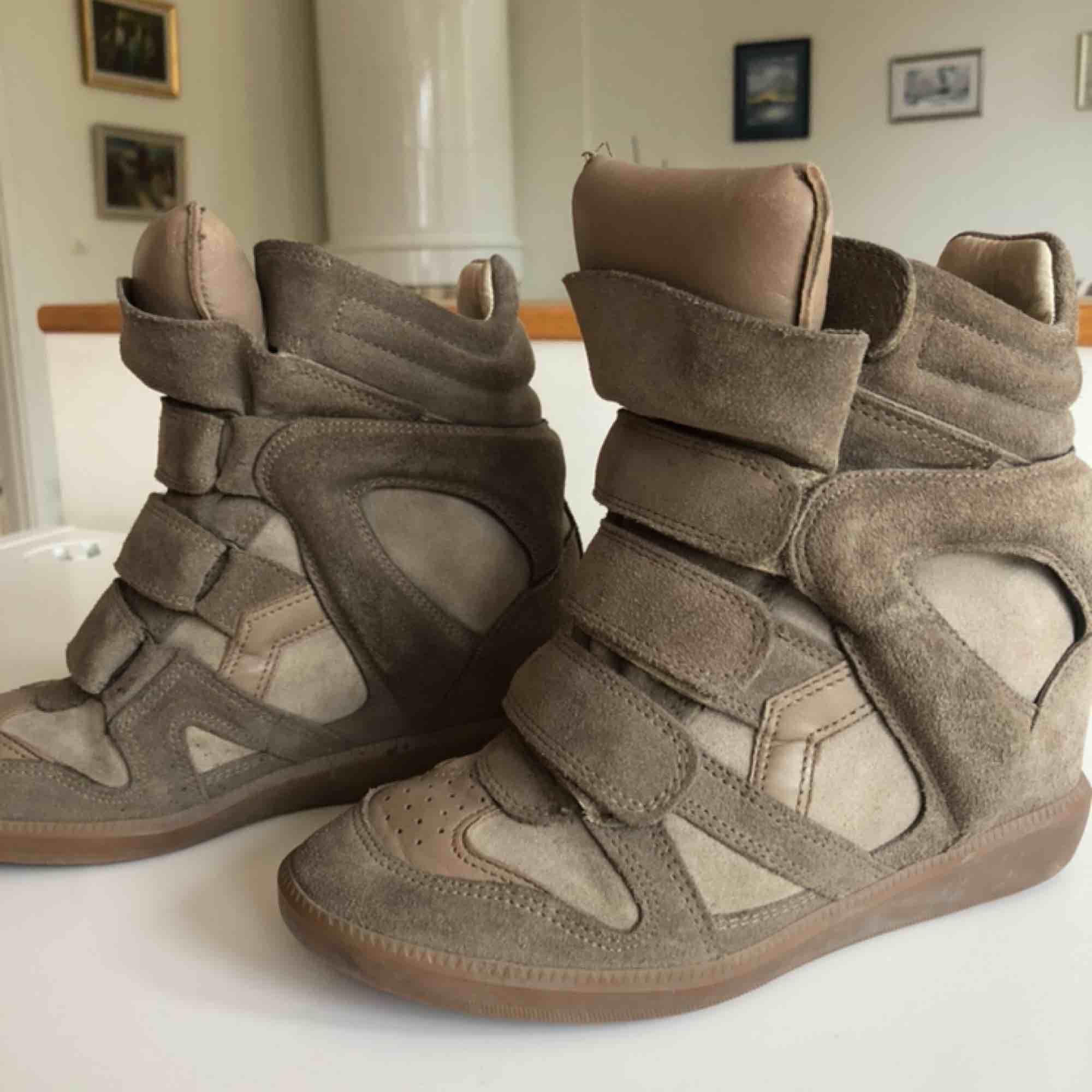 Isabel Marant Bakett Sneakers i grön/beige färg. Använda men inte slitna. Storlek 35. Skor.