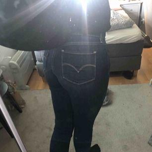 Levis jeans 711 skinny w28 L34, säljes pga att de inte kommer till användning och är för stora i midjan men de är i mycket fint skick. Pris kan diskuteras men köpare står för frakt.