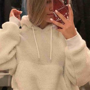 Vit teddy hoodie från monki, knappt använd, inköpt för 500. Strl xxs men passar defintivt xs, s och ksk m!