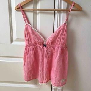 Jättegulligt linne i rosa från Odd Molly. I blusen står det storlek 1 vilket motsvarar ungefär xs eller s.