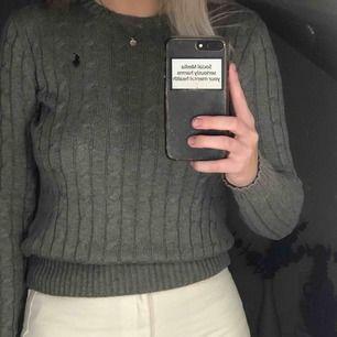Grå, lite tjockare kabelstickad tröja från Ralph Lauren i bra skick.  Nypris: Runt 1100kr. Hör av er om ni har frågor, vill ha fler bilder eller liknande!💞
