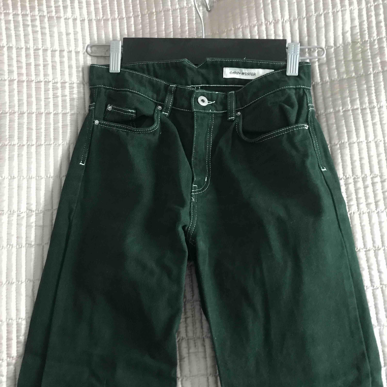 Mörkgröna byxor från Carin Wester🌵 Orginalpris: 499. Säljer då de har blivit alldeles för små! Hör av er om ytligare storleksbeskrivningar. Möts upp i stan eller köparen står för frakten. Jeans & Byxor.