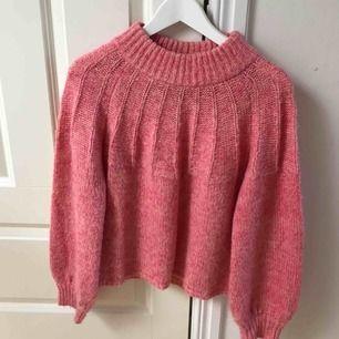 Stickad tröja i fin rosa färg. Varm, mysig och knappt använd! Pris kan diskuteras