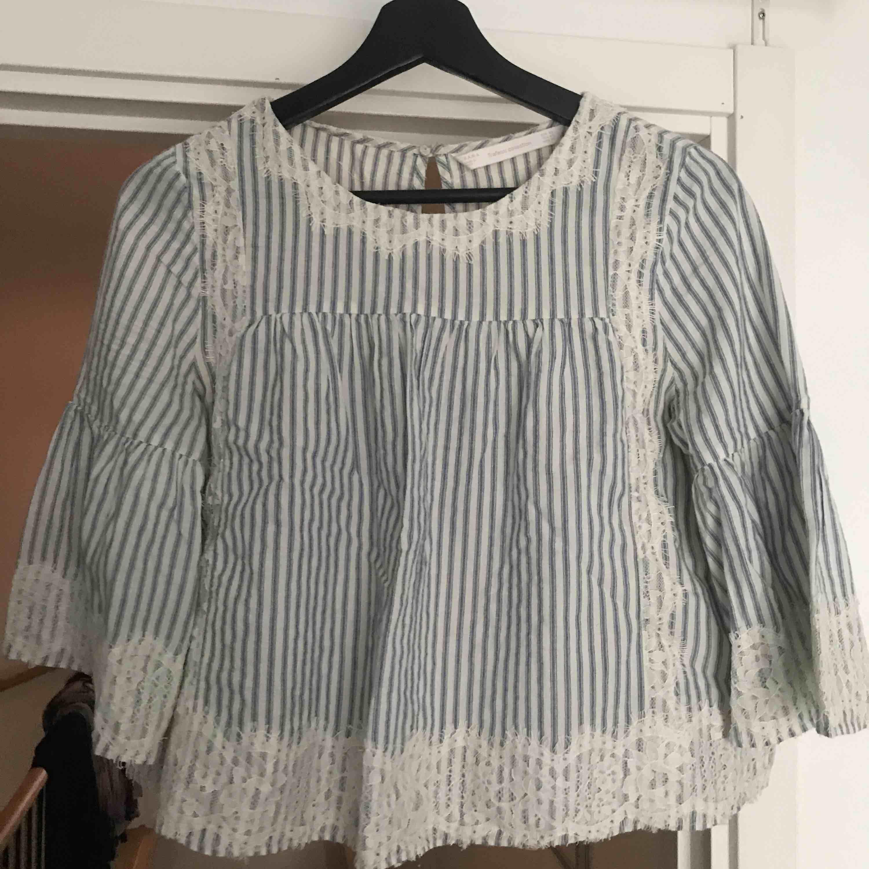 Supersöt blå och vit blus med spets från Zara köpt för 2 år sedan🐚 Organalipris: 399 tror jag. Säljs då den är för liten och inte min stil. Möts upp i stan eller köpare står för frakt!. Toppar.