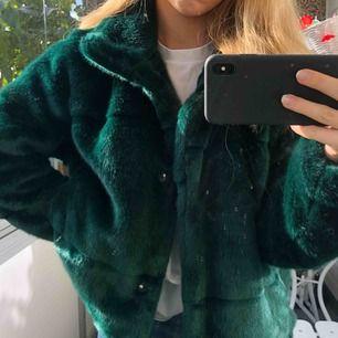 Nypris: 799kr  Säljer min gröna fuskpäls från Lindex!  Endast använd ett par gånger, fortfarande som ny. Mysig höst- och vinterjacka med härlig grön färg!