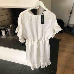 Super söt vit klänning, aldrig använd! Stl 36 :) köparen betalar för frakten :)