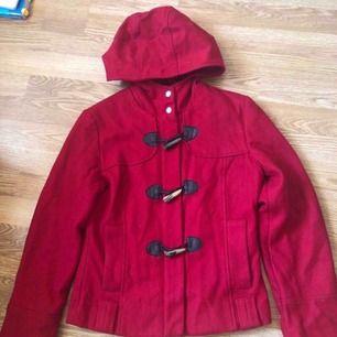 Jättesöt röd kort kappa/jacka från Mexx, med luva. Storlek 36 men liten i storlek så passar mer en 34 och XS eller barn i storlek 158/164