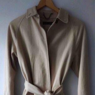 Jättefin kvinnlig beige kappa från Ralph Lauren med vackert fall. Storlek S.
