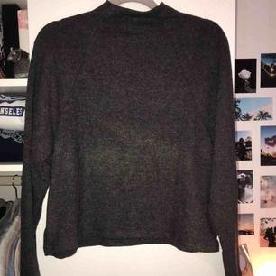Mörkgrå långärmad tröja. Med en liten polo. Helt oanvänd för köpte fel storlek och han inte lämna tillbaka. Den är i S men skulle säga att den är en M. Frakt ingår i priset. Pris kan diskuterat