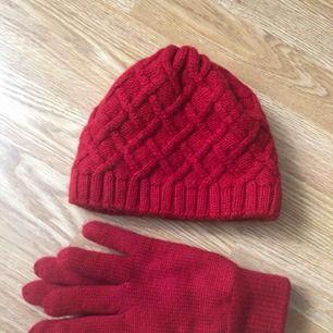 Mössa och vantar. Sött kit i rött. Perfekt till vintern och julen. Mössan är relativt liten i storlek så passar även större barn/tonåringar.