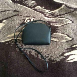 En svart och rätt så rymlig liten axelremsväska 🖤 Frakt 36 kr
