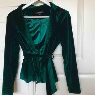Grön velvet blazer från Misspap! Slutsåld sen långt tillbaka👌🏻 Bra kvalitet, använd ca två gånger! Köpare står för frakt