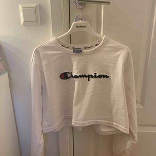 Croppad sweatshirt från Champion, använd ca 3 ggr! Frakt tillkommer