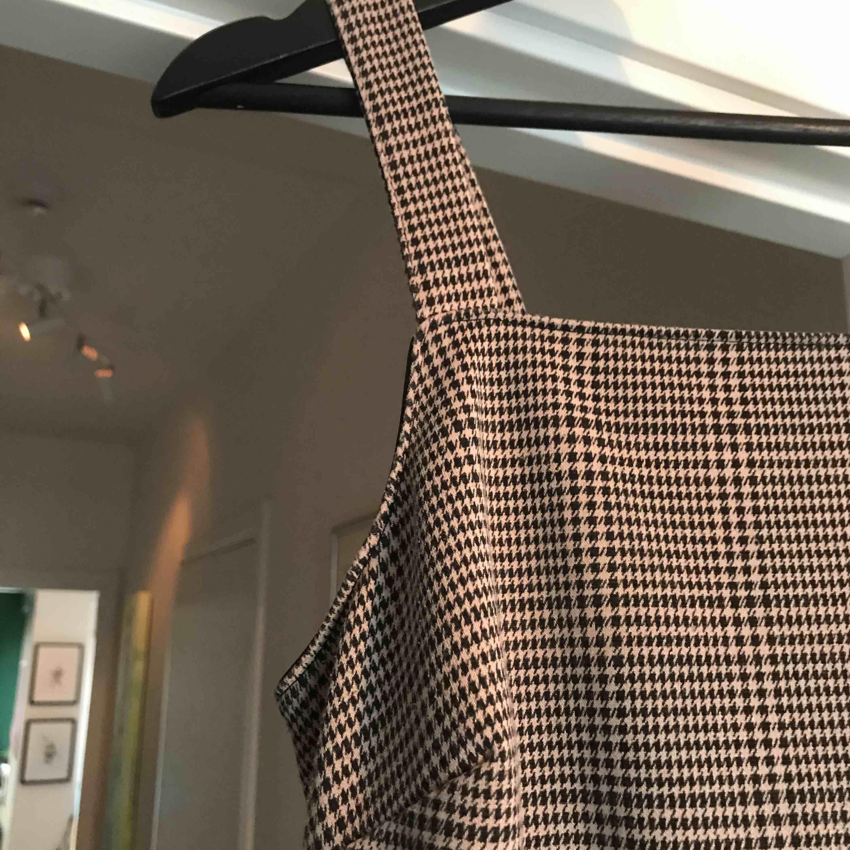 Snygg klänning från Topshop🖤 Köpt för ca 299kr. Säljer då den blivit förkort för mig:// Möts upp i stan eller köpare står för frakt. Klänningar.