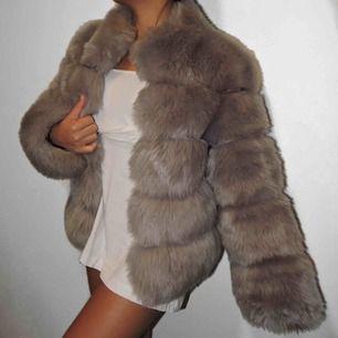 En fin fake päls jacka. I grå, köpte förra vintern men aldrig haft tillfälle att använda. Pälsjacka är varm go och väldigt mysigt. Nypris: 1200kr men säljer den för 800kr vilket är väldigt bra för en pälsjacka. 🧸🧸