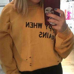 Mysig oversized tröja från Elsa Hosk's kollektion med bikbok💛💛 Bara använd 1 gång, orginalpris: ca 499kr. Möts upp i stan eller köpare står för frakt