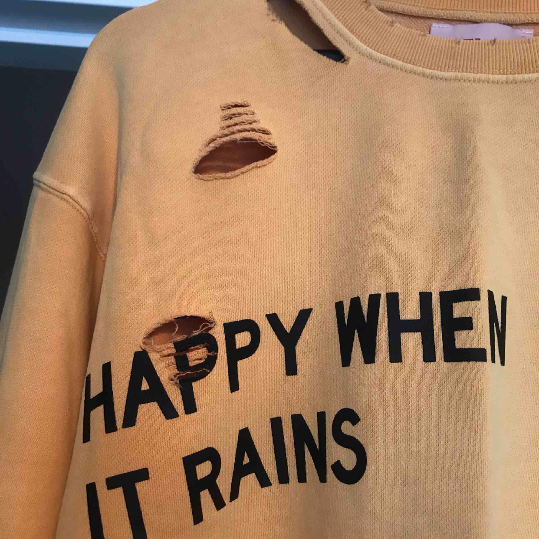 Mysig oversized tröja från Elsa Hosk's kollektion med bikbok💛💛 Bara använd 1 gång, orginalpris: ca 499kr. Möts upp i stan eller köpare står för frakt. Huvtröjor & Träningströjor.
