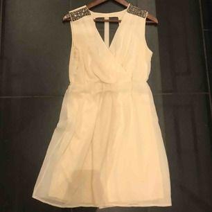 En knappt använd klänning som passar bra till student eller skolavslutning!