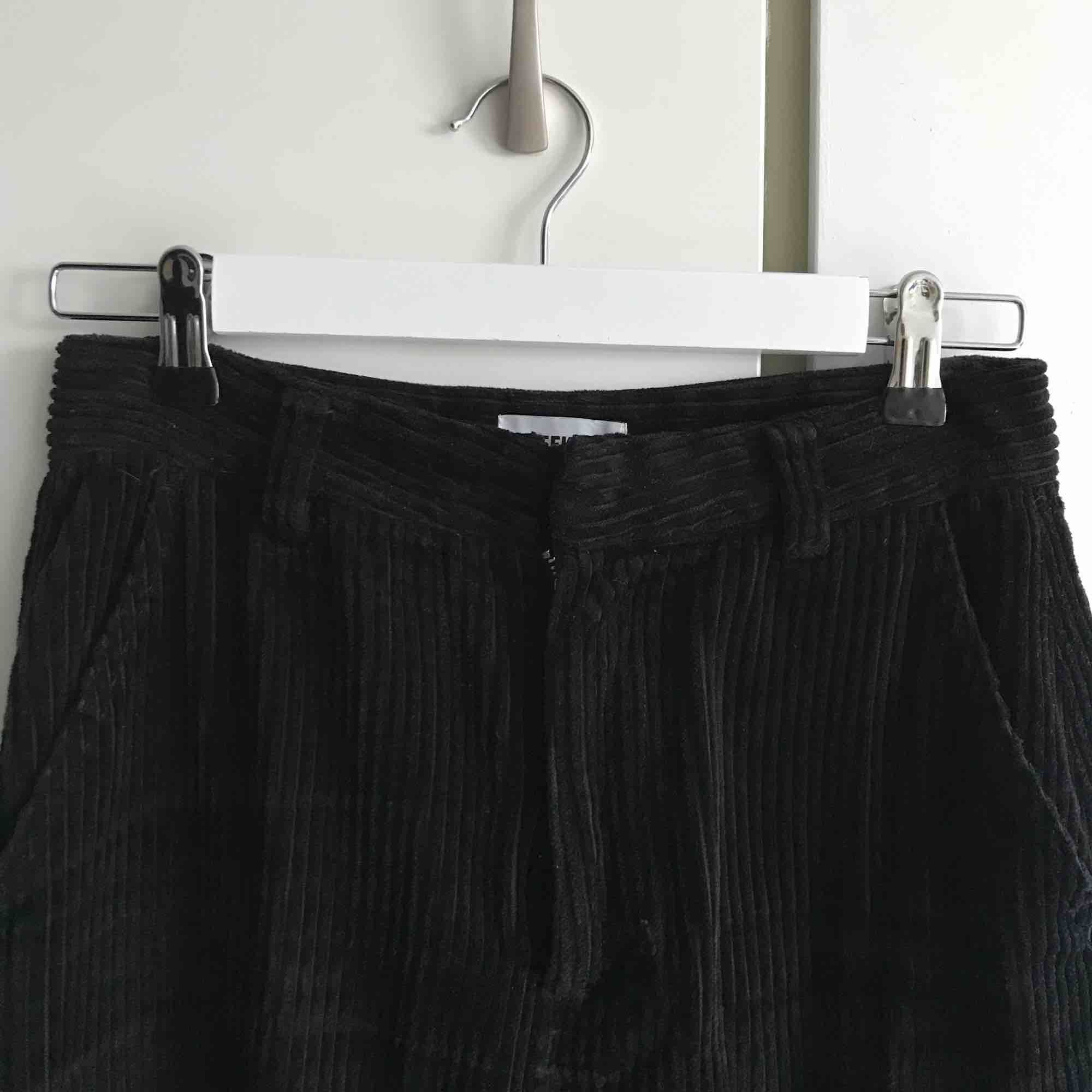 Manchesterbyxor från Weekday, strl 36. Pyttelitet hål vid gylfen, syns på bild 3. Frakt ingår!✨. Jeans & Byxor.