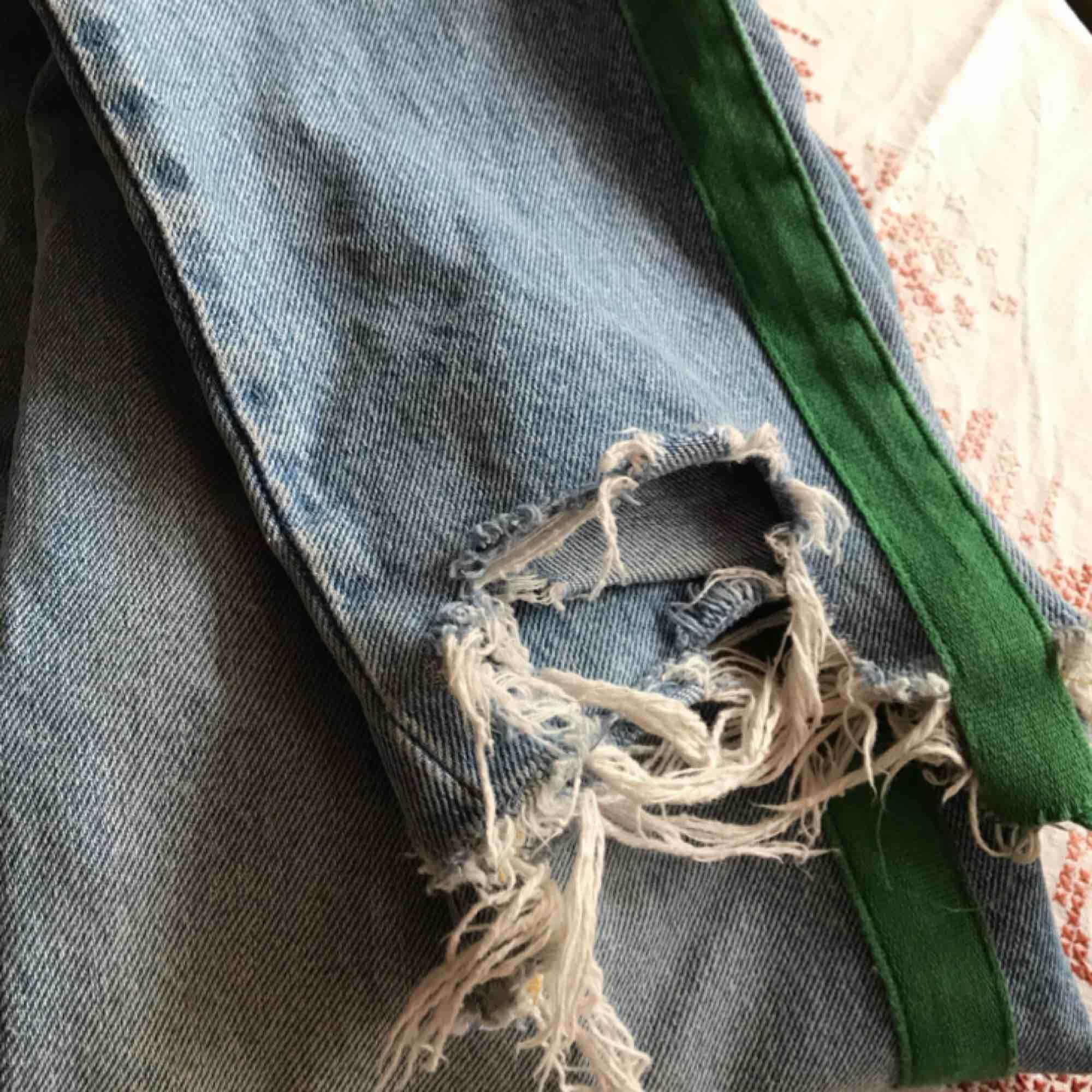 Jeans från Bikbok, skulle säga att dom sitter lite oversized, frakt ingår i priset! . Jeans & Byxor.